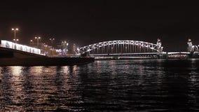 桥梁和河看法在夜城市 照明 股票视频