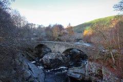 桥梁和秋叶在Invermoriston苏格兰 库存照片