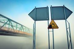 桥梁和警报信号 免版税库存照片