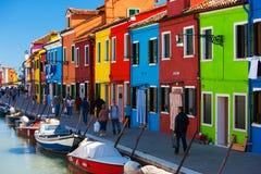 桥梁和运河有五颜六色的房子的在海岛Burano,意大利上 库存图片