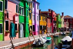 桥梁和运河有五颜六色的房子的在海岛Burano,意大利上 图库摄影