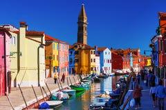 桥梁和运河有五颜六色的房子的在海岛Burano,意大利上 免版税库存照片