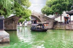 桥梁和长平底船在沃特敦同里,亚洲的威尼斯 免版税库存图片