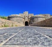 桥梁和门在城堡罗得岛视图之间两个塔从下面 库存图片
