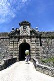 桥梁和门户对村庄通过保卫它的19世纪堡垒 免版税库存图片