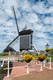 桥梁和风车在荷兰 免版税库存图片