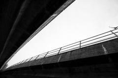 桥梁和鸠 免版税库存照片