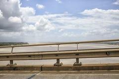 桥梁和水 免版税库存照片