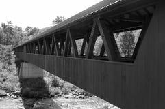 桥梁在一条流动的小河上坐 免版税库存图片
