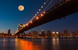 桥梁在上升的曼哈顿月亮 库存照片
