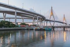 桥梁在与照明设备的暮色时间 库存照片