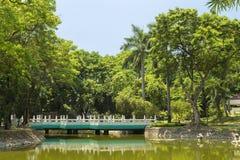 桥梁在中国庭院里在黎刹省公园,马尼拉,菲律宾 免版税图库摄影