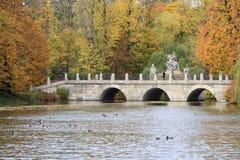 桥梁在华沙的皇家浴公园 库存照片