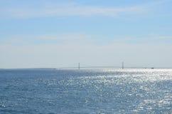 桥梁在发光的水中 库存图片