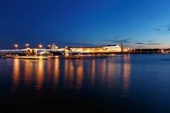 桥梁在圣彼得堡,俄罗斯在晚上 照明和光,深蓝天空 库存照片