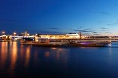 桥梁在圣彼得堡,俄罗斯在晚上 照明和光,深蓝天空 免版税库存图片