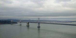 桥梁在多云天期间在旧金山 免版税库存图片
