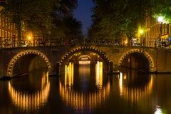 桥梁在夜阿姆斯特丹 免版税库存图片