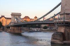 桥梁在布达佩斯在晚上 免版税库存图片