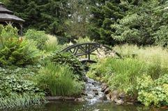 桥梁在日本庭院里 免版税库存照片
