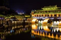 洪桥梁在晚上在凤凰牌古镇,湖南 库存图片