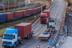 桥梁在有火车和卡车的货物终端 库存照片