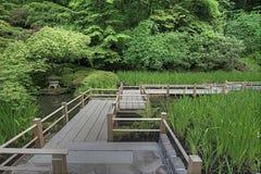 桥梁在池塘的庭院日语 免版税库存图片