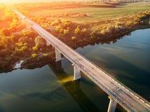 桥梁在沃罗涅日,从看法上的秋天风景鸟瞰图在顿河的与高速公路路和汽车运输 库存图片