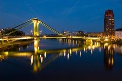 桥梁在河的法兰克福德国主要 免版税库存照片