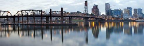 桥梁在河willamette的黄昏hawthorne 图库摄影