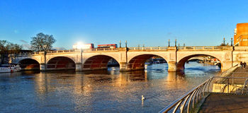 桥梁在泰晤士的金斯敦 免版税库存照片
