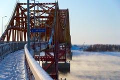 桥梁在红色的龙irtysh 免版税库存照片