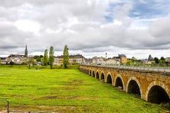 桥梁在轿车城市在法国 免版税库存照片