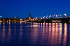桥梁在里加在晚上 免版税库存照片