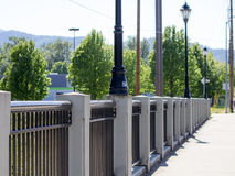 桥梁在镇里 免版税库存图片