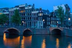 桥梁在阿姆斯特丹在晚上 免版税库存图片