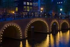 桥梁在阿姆斯特丹在黑晚上 库存图片