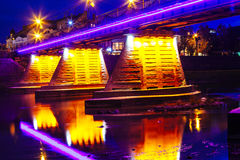 桥梁在水反映的夜城市Uzhorod 免版税库存图片