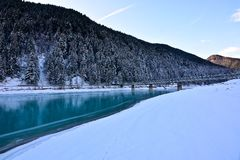 桥梁在Auronzo横渡绿松石色湖在意大利 免版税库存图片