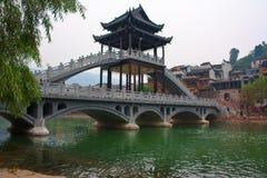 桥梁在Fenghuang城镇 库存图片