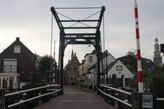 桥梁在Hollandsche IJssel和在背景Haastrecht市政厅  免版税库存图片