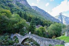 桥梁在Lavertezzo, Verzasca谷 免版税图库摄影