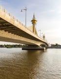 桥梁在Nonthaburi泰国 免版税库存图片