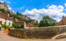桥梁在Semur en Auxois美丽如画的中世纪镇  免版税库存图片