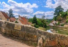 桥梁在Semur en Auxois美丽如画的中世纪镇  库存图片