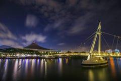 桥梁在Staduim新加坡的晚上 免版税库存照片