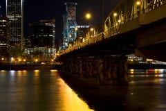 桥梁在Willamette光亮的夜波特兰 免版税库存照片