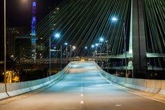 桥梁坚持的电缆晚上 免版税库存图片