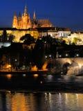 桥梁城堡查尔斯夜间布拉格视图 免版税库存图片