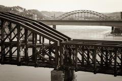 桥梁塑造了老培训 免版税库存图片